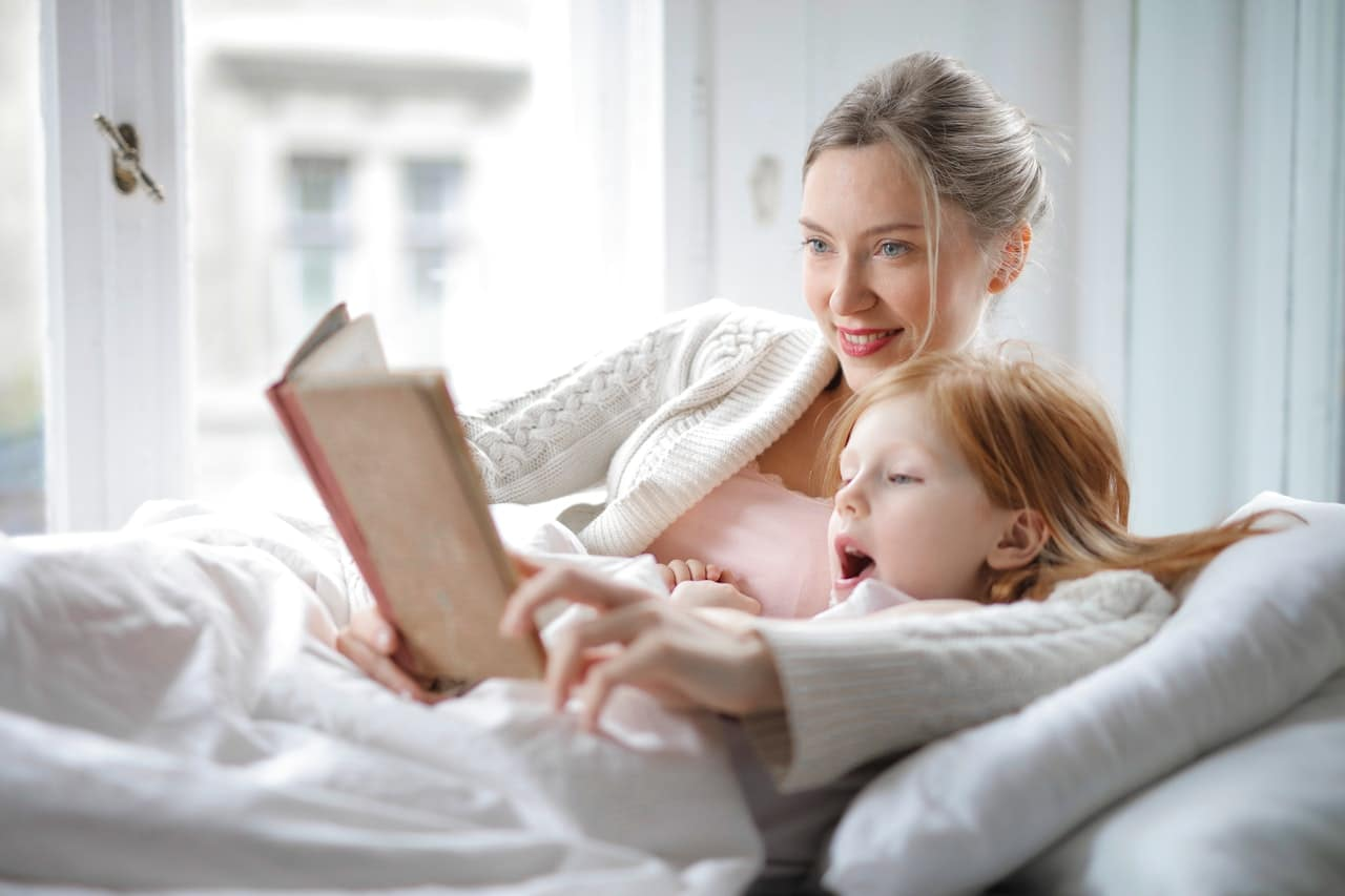 mother and daughter reading book with interest in bed 3755514 - 11 Good Bedtime Stories for Kids